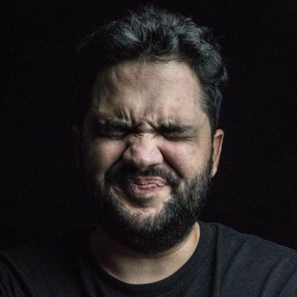 Mann verzieht sein Gesicht vor Ekel
