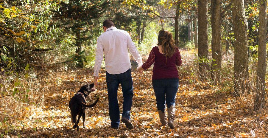 Familienspaziergang mit Hund